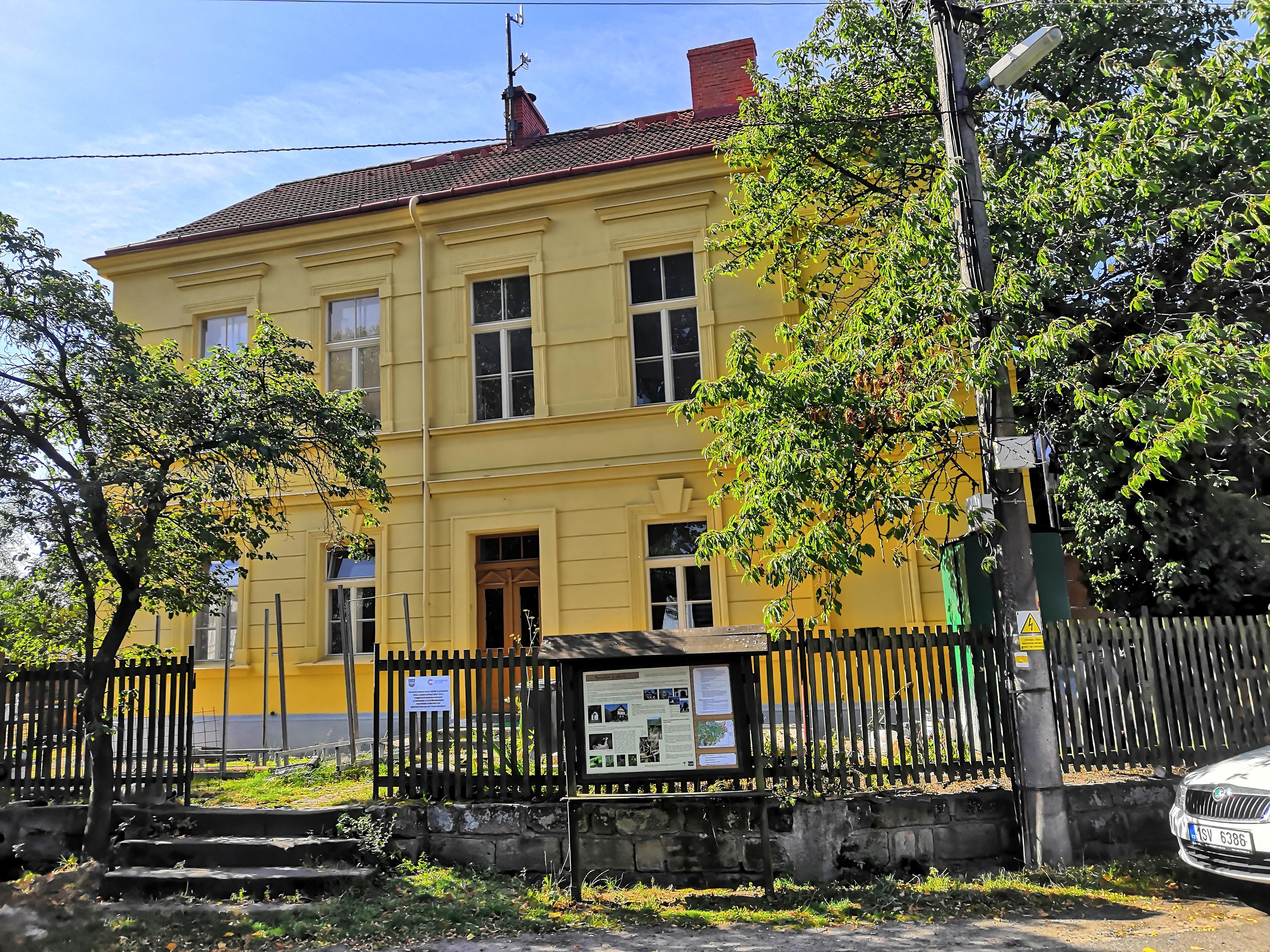 fotografie z roku 2019 -budova bývalé staré školy čp. 47 v Nosálově